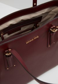 MICHAEL Michael Kors - VOYAGER TOTE - Bolso de mano - oxblood - 4