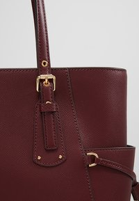 MICHAEL Michael Kors - VOYAGER TOTE - Bolso de mano - oxblood - 6