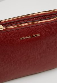 MICHAEL Michael Kors - CROSSBODIES POUCH BODY - Bandolera - brandy - 6