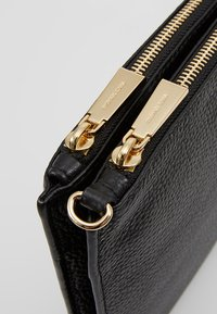 MICHAEL Michael Kors - CROSSBODIES POUCH BODY - Across body bag - black - 7