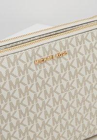 MICHAEL Michael Kors - CROSSBODIES POUCH XBODY - Taška spříčným popruhem - vanilla - 7