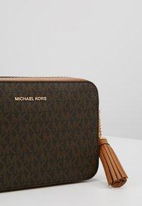 MICHAEL Michael Kors - CROSSBODIES CAMERA BAG - Skulderveske - brown - 6