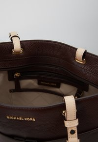 MICHAEL Michael Kors - BEDFORD POCKET TOTE - Handbag - barolo - 4