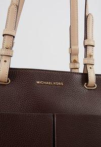 MICHAEL Michael Kors - BEDFORD POCKET TOTE - Handbag - barolo - 6