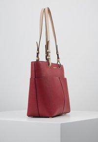 MICHAEL Michael Kors - BEDFORD POCKET TOTE - Handbag - berry - 3