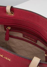 MICHAEL Michael Kors - BEDFORD POCKET TOTE - Handbag - berry - 4