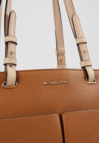 MICHAEL Michael Kors - BEDFORD POCKET TOTE - Torebka - acorn - 6