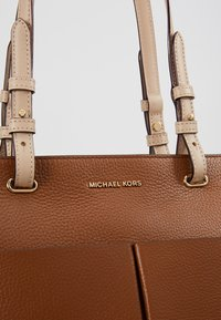 MICHAEL Michael Kors - BEDFORD POCKET TOTE - Torebka - luggage - 6
