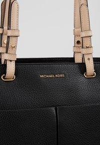 MICHAEL Michael Kors - BEDFORD POCKET TOTE - Bolso de mano - black - 6