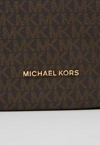 MICHAEL Michael Kors - BROOKE ZIP  - Kabelka - brown/acorn - 7