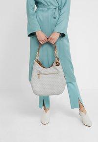 MICHAEL Michael Kors - LILLIE CHAIN TOTE  - Shopping Bag - vanilla/acrn - 1