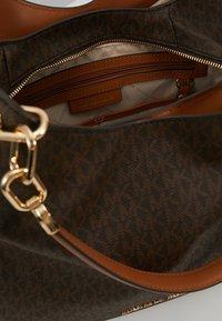 MICHAEL Michael Kors - LILLIE CHAIN TOTE  - Shopping bags - acorn - 4