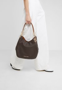 MICHAEL Michael Kors - LILLIE CHAIN TOTE  - Shopping bags - acorn - 1
