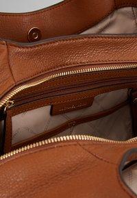 MICHAEL Michael Kors - LILLIE CHAIN TOTE SMALL - Handbag - cognac - 4
