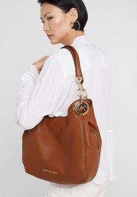 MICHAEL Michael Kors - LILLIE CHAIN TOTE SMALL - Handbag - cognac - 1