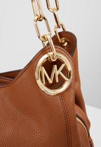 MICHAEL Michael Kors - LILLIE CHAIN TOTE SMALL - Handbag - cognac - 6
