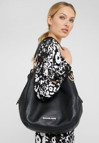 MICHAEL Michael Kors - LILLIE CHAIN TOTE SMALL - Torebka - black - 1