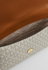 MICHAEL Michael Kors - MOTT BELT BAG - Bum bag - vanilla - 4