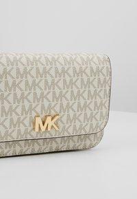 MICHAEL Michael Kors - MOTT BELT BAG - Marsupio - vanilla - 6