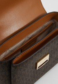 MICHAEL Michael Kors - ROCHELLE CROSSBODY - Across body bag - brown - 4