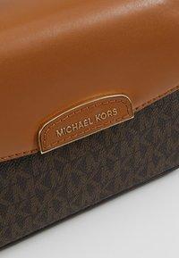 MICHAEL Michael Kors - ROCHELLE CROSSBODY - Across body bag - brown - 6
