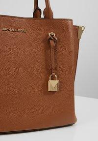 MICHAEL Michael Kors - ARIELLE SATCHEL - Borsa a mano - luggage - 6