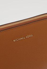 MICHAEL Michael Kors - Schoudertas - luggage - 6