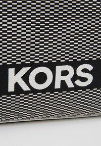 MICHAEL Michael Kors - Bolso shopping - black - 6