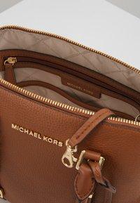 MICHAEL Michael Kors - BEDFORD LEGACY DOME SATCHEL  - Sac à main - cognac - 4