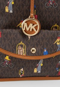 MICHAEL Michael Kors - EVA TOTE TRAVEL GIRLS - Håndveske - brown/multi - 7