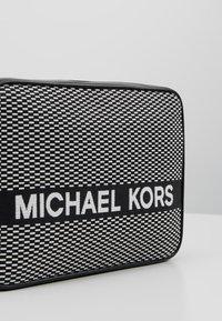 MICHAEL Michael Kors - Borsa a tracolla - black/optic white - 6