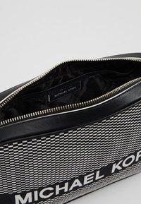 MICHAEL Michael Kors - Borsa a tracolla - black/optic white - 4