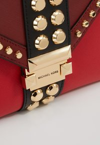 MICHAEL Michael Kors - TRICOLOR MIXED STUDS WHITNEY - Olkalaukku - red/multi - 6