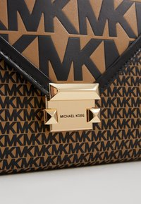 MICHAEL Michael Kors - MIXED SCALE PRINTED WHITNEY  - Handtasche - brown / black - 6