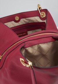 MICHAEL Michael Kors - RAVEN TOTE SMAL PEBBLE  - Handbag - berry - 4