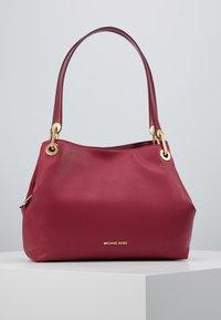 MICHAEL Michael Kors - RAVEN TOTE SMAL PEBBLE  - Handbag - berry - 0