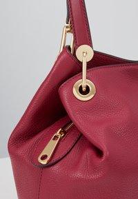 MICHAEL Michael Kors - RAVEN TOTE SMAL PEBBLE  - Handbag - berry - 6
