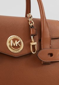 MICHAEL Michael Kors - CARMENLG FLAP SATCHEL - Kabelka - luggage - 5
