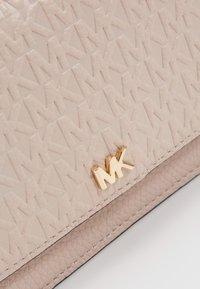 MICHAEL Michael Kors - MOTTPHONE CROSSBODY - Monedero - soft pink - 5