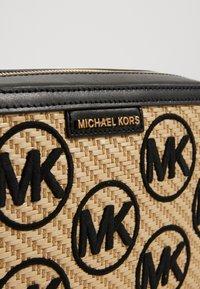 MICHAEL Michael Kors - JET SET CROSSBODY  - Taška spříčným popruhem - black/multi - 4