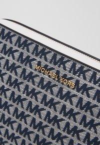 MICHAEL Michael Kors - JET CROSSBODY - Torba na ramię - blue - 5