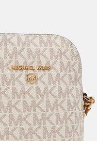 MICHAEL Michael Kors - JET SET XBODY - Across body bag - vanilla - 4