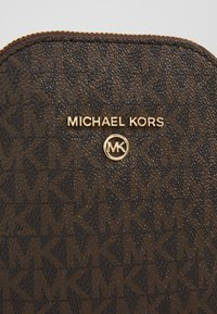 MICHAEL Michael Kors - JET SET XBODY - Across body bag - brown/acorn