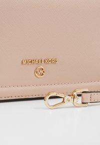 MICHAEL Michael Kors - JET SET CHARMSM PHONE XBODY  - Peněženka - soft pink - 5