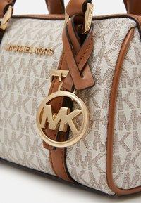 MICHAEL Michael Kors - BEDFORD DUFFLE XBODY - Sac à main - vanilla - 2