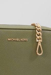 MICHAEL Michael Kors - JET SETMD CAMERA BAG SOFT MERCER  - Skulderveske - army green - 4