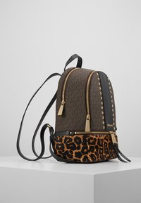 MICHAEL Michael Kors - CHEETAH AND STUDS RHEA ZIP BACKPACK - Ryggsekk - brown multi - 3