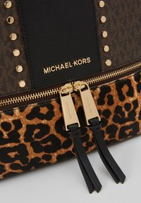MICHAEL Michael Kors - CHEETAH AND STUDS RHEA ZIP BACKPACK - Ryggsekk - brown multi - 6
