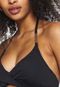 MICHAEL Michael Kors - SOLID LOGO CHAIN HALTER TWIST - Góra od bikini - black - 4