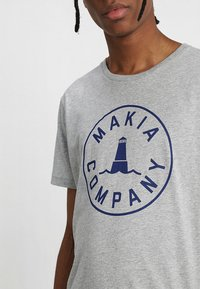 Makia - BEACON  - T-Shirt print - grey - 4